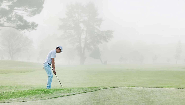 Какова роль предупреждающих сирен на полях для гольфа?